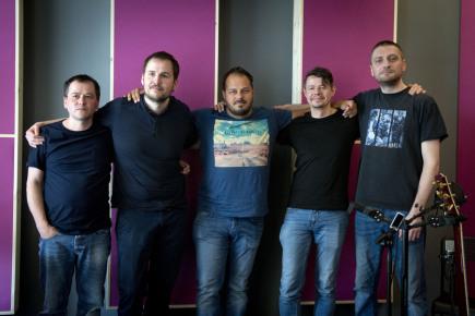 Písničkář Xindl X (třetí zleva), vlastním jménem Ondřej Ládek, který natáčel 13. dubna 2018 ve studiu své nové album, poskytl rozhovor ČTK. Na společné fotografii s členy doprovodné kapely jsou zleva Emil Valach (bicí), Radim Genčev (baskytara), Xindl X, Milan Matoušek (kytary) a Jan Bálek (klávesy).