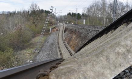 Na trati Cheb - Klášterec nad Ohří od soboty nejezdí vlaky kvůli sesuvu tzv. železničního spodku v úseku Hájek - Dalovice (na snímku z 15. dubna 2018). Traťmistr zjistil v místě ještě před sesuvem závadu, a proto se podařilo vlaky zastavit včas. Nahradila je autobusová doprava. Jak dlouho bude úsek uzavřený, bude jasné až v pondělí, řekla dnes ČTK mluvčí Správy železniční dopravní cesty Kateřina Šubová.