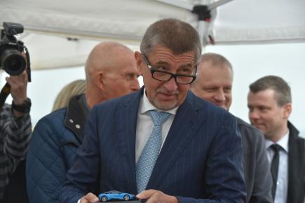 Česká vláda v demisi navštívila 16. dubna 2018 Karlovarský kraj. Na snímku je premiér Andrej Babiš na místě nedaleko Sokolova, kde chce automobilka BMW vybudovat testovací polygon pro autonomní vozy.