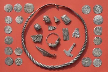 Archeologové našli na německém ostrově Rujana v Baltském moři stovky více než 1000 let starých mincí, prstenů, perel, náramků či náhrdelníků.