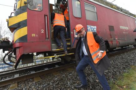 Ministr dopravy v demisi Dan Ťok si 16. dubna 2018 prohlédl železniční trať u Dalovic na Karlovarsku, kterou poškodil sesuv půdy pod kolejemi.
