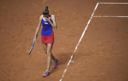 Karolína Plíšková v utkání Fed Cupu proti německé tenistce Julii Görgesové hraném 22. dubna 2018.