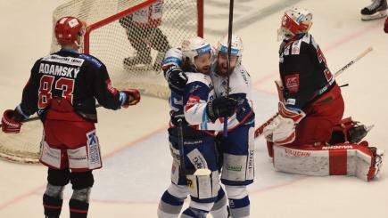 Finále play off hokejové extraligy - 5. zápas: HC Oceláři Třinec - HC Kometa Brno, 22. dubna 2018 v Třinci. Z gólu se radují útočníci Brna Alexandre Mallet (vlevo) a Hynek Zohorna. Smutní jsou třinečtí Martin Adamský a brankář Šimon Hrubec .