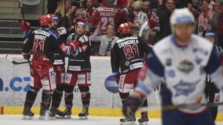 Finále play off hokejové extraligy - 5. zápas: HC Oceláři Třinec - HC Kometa Brno, 22. dubna 2018 v Třinci. Z gólu se radují hráči Třince.