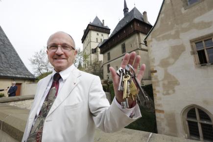Hrad Karlštejn na Berounsku čeká obnova za 95 milionů korun, z toho 85 procent pokryje dotace z Evropské unie. Na snímku je kastelán Jaromír Kubů s klíči od hradu, o který se stará již bezmála třicet let.