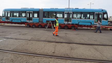 Do areálu Dopravního podniku Ostrava (DPO) 23. dubna 2018 přivezli první z 40 tramvají Stadler nOVA.