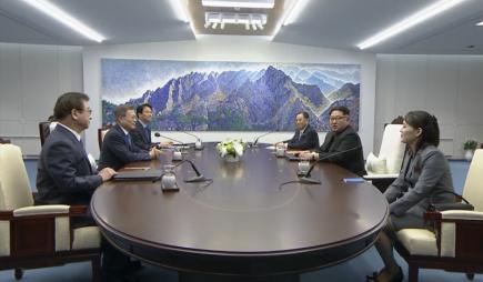 Severokorejský vůdce Kim Čong-un (uprostřed vpravo) a jihokorejský prezident Mun Če-in (uprostřed vlevo) v jednacím sále Mírového domu v Pchanmundžomu. Vpravo sestra lídra KLDR Kim Jo-čong, třetí zprava oficiálně nejvyšší představitel země Kim Jong-nam.