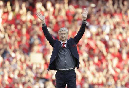Trenér fotbalistů Arsenalu Arsene Wenger zdraví fanoušky v utkání anglické ligy s Burnley.