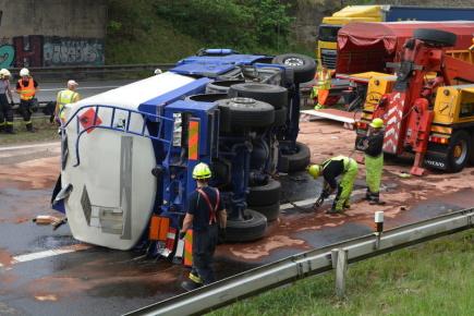 Na dálnici D1 na 23. kilometru ve směru na Prahu havarovaly 11. května 2018 cisterna, osobní auto a kamion. Cisterna převážející lehký topný olej skončila po nehodě na boku, olej z ní masivně vytékal. Nehodu nepřežil jeden člověk, další dva se zranili, jeden z nich vážně.