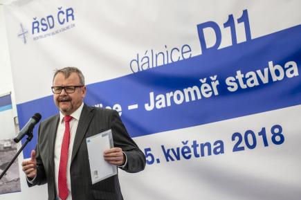 Ministr dopravy v demisi Dan Ťok hovoří 15. května 2018 v Jaroměři při zahájení výstavby úseku dálnice D11 mezi Smiřicemi a Jaroměří.