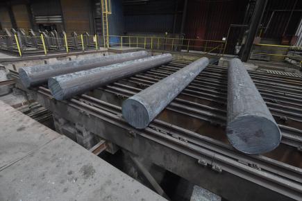 Třinecké železárny (TŽ) vyvinuly kontislitek, tedy ocelový polotovar, který vzniká kontinuálním litím kovu, o průměru 600 milimetrů (vpravo). Jde o největší výrobek tohoto typu v České republice i střední Evropě. Použití najde u větrných elektráren. Další tři kontislity na snímku z 16. května 2018 mají průměr 500 milimetrů.