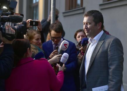 Předseda ČSSD Jan Hamáček hovoří s novináři poté, co jednal 17. května 2018 v Průhonicích u Prahy s předsedy ANO a KSČM o požadavcích KSČM na změny programového prohlášení vlády.