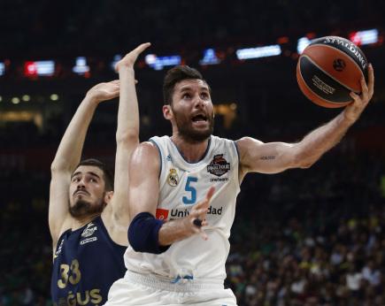 Basketbalista Realu Madrid Rudy Fernández a hráč Fenerbahce Nikola Kalinič.