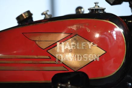 Národní technické muzeum zahájilo 22. května 2018 v Praze výstavu 90 let Harley-Davidson Clubu Praha. Expozice představuje dějiny nejstaršího bez přestávky fungujícího Harley-Davidson klubu na světě. V dopravní hale muzea je k vidění 16 motocyklů legendární americké značky včetně modelu J 1928 (na snímku palivová nádrž).