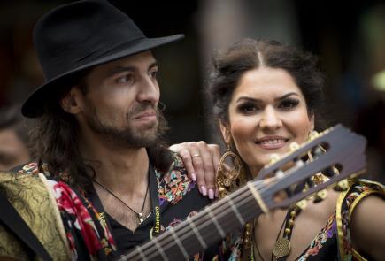 Průvod účinkujících festivalu romské kultury Khamoro 1. června v Praze přerušil déšť.