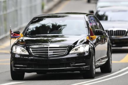 Vůdce KLDR Kim Čong-un přijíždí ve své limuzíně na singapurský summit s americkým prezidentem Donaldem Trumpem.