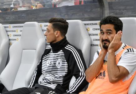 Němečtí fotbalisté Mesut Özil (vlevo) a Ilkay Gündogan před přípravným zápasem se Saúdskou Arábií v Leverkusenu.