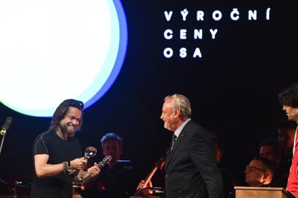 Tři ceny si na Výročních cenách OSA odnesl 14. června 2018 v Praze Richard Krajčo (vlevo). Byl oceněn jako nejúspěšnější skladatel populární hudby, nejúspěšnější textař a jako frontman skupiny Kryštof, která získala ocenění nejúspěšnější koncert roku za své vystoupení na stadionu na Strahově. Ocenění mu předal zpěvák Richard Tesařík (vpravo).