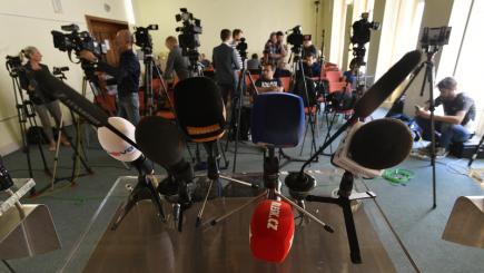 Novináři čekají na začátek tiskové konference ČSSD po jednání předsednictva 15. června 2018 v Praze. Strana po zasedání oficiálně oznámí výsledky referenda, ve kterém členové strany v uplynulých týdnech rozhodovali, zda vstoupit do vlády s hnutím ANO.