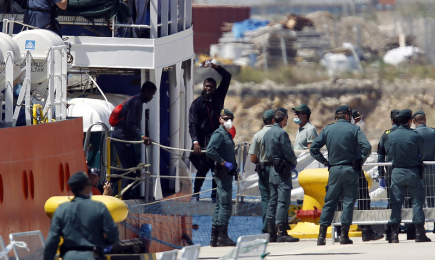 Loď vezoucí stovky afrických běženců míří do španělské Valencie.
