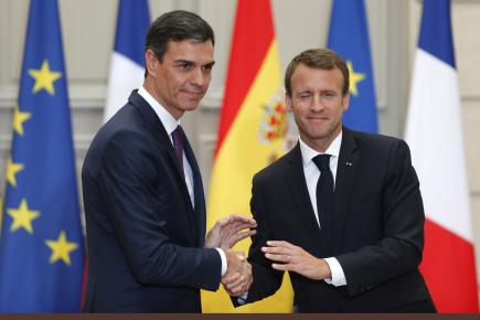Francouzský prezident Emmanuel Macron (vpravo) se španělským premiérem Pedrem Sánchezem.