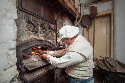 Majitel Janatova mlýna v Buřanech na Semilsku Jiří Krch zapálil 6. července 2018 po 31 letech slavnostně pec a začal s přípravami na první pečení chleba. Mlýn patří mezi národní kulturní památky.