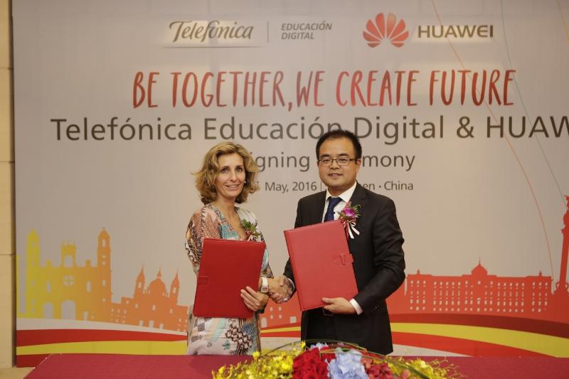 Slavnostní podepsání dohody mezi společnostmi TED a Huawei (zleva): Carolina Jeux, Xu Chengxin (PRNewsFoto/Huawei)