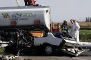 Hasiči a záchranáři si prohlížejí místo srážky tří vozů, která se stala 21. září dopoledne mezi Vracovem a Vlkošem na Kyjovsku. Mezi havarovanými vozidly byla také cisterna převážející 20.000 litrů nafty, téměř polovina paliva vytekla. Devětatřicetiletý řidič jednoho z automobilů zahynul a jeho o 20 let mladší spolujezdkyně utrpěla těžké zranění.