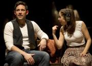 Broadwaysk muzikl podle filmu Once - na snmku Steve Kazee a Cristin Miliotiov. 