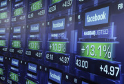 Obchodovn s akciemi spolenosti Facebook na burzovnm trhu Nasdaq - ilustran foto.