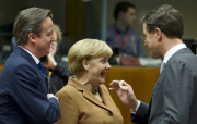 Ilustran foto - Britsk premir David Cameron (vlevo), nmeck kanclka Angela Merkelov (uprosted) a holandsk premir Mark Rutte na summitu EU. 