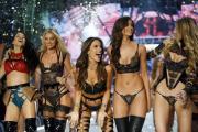 Přehlídka luxusního dámského spodního prádla americké značky Victoria's Secret v Paříži.