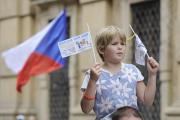 Pochod pro rodinu (na snímku) vyrazil 12. srpna z pražského Ovocného trhu a vydal se přes Staroměstské náměstí na malostranskou Kampu. Tam pořadatelé připravili odpolední program.