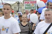 Pochod pro rodinu vyrazil 12. srpna z pražského Ovocného trhu a vydal se přes Staroměstské náměstí na malostranskou Kampu. Tam pořadatelé připravili odpolední program. Na snímku účastníci prochází po Karlově mostě.