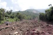 Sesuv půdy v horské oblasti na severu Indie.