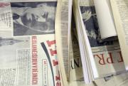 Restaurátoři otevřeli 8. září v Praze schránky, které byly objeveny při opravách Staroměstské radnice. Nalezli v nich vzkazy z let 1949 a 1984, tedy z let předcházejících dvou rekonstrukcích. Kromě oficiálních dopisů a výtisků novin radnice uložila do schránek také mince a vzkaz dělníků. Na snímku výtisky noviny, které vyšly 3. listopadu 1949.