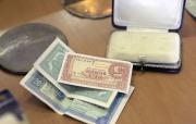 Restaurátoři otevřeli 8. září v Praze schránky, které byly objeveny při opravách Staroměstské radnice. Nalezli v nich vzkazy z let 1949 a 1984, tedy z let předcházejících dvou rekonstrukcích. Kromě oficiálních dopisů a výtisků novin radnice uložila do schránek také mince a vzkaz dělníků. Na snímku poválečné československé bankovky, takzvané státovky.