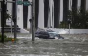 Automobil se snaží projet zaplavenou ulicí v Miami během řádění hurikánu Irma.