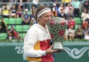 Lotyšská tenistka Jelena Ostapenková pózuje s trofejí po vítězství na turnaji v Soulu.
