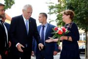Starostka Žatce Zdeňka Hamousová (vpravo) a prezident Miloš Zeman při příjezdu před žateckou radnici, kam přicestoval 4. října v rámci návštěvy Ústeckého kraje.