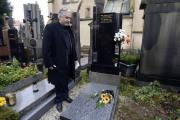 Do hrobu na pražském Vyšehradě byla 9. listopadu uložena urna s ostatky herce Ivana Jandla (1937 až 1987), prvního českého držitele filmového Oscara. Prestižní sošku získal v roce 1949 jako dvanáctiletý za výkon ve snímku Poznamenaní režiséra Freda Zinnemanna. Jeho ostatky dosud spočívaly v kolumbáriu na Olšanech. Na snímku je prezident Herecké asociace Ondřej Kepka při ukládání urny.