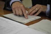 Soudce Nejvyššího správního soudu (NSS) v Brně a člen volebního senátu Petr Mikeš otevírá obálku s volebními lístky, které 13. listopadu přivezli zaměstnanci soudu do Brna, aby mohly být přepočítány preferenční hlasy pro kandidáty ODS přibližně v polovině Středočeského kraje. Důvodem jsou pochybnosti o správnosti započtení preferenčních kroužků. Přepočet může znamenat změnu v tom, kteří čtyři kandidáti ODS získají v kraji poslanecký mandát, případně v jakém pořadí se umístí. Celkové rozvržení sil ve Sněmovně však přepočet neovlivní.