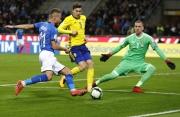 Italský fotbalista Ciro Immobile (vlevo) střílí na branku Švédska.