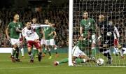 Dánský fotbalista Andreas Christiansen (druhý zleva) se raduje z gólu v síti Irska.