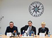 Policisté odložili případ loňského napadení tenistky Petry Kvitové v jejím prostějovském bytě. Pachatele se kriminalistům ani přes stovky podnětů od veřejnosti a rozsáhlé vyšetřování dopadnout nepodařilo, případem se zabývali 11 měsíců. Kauzu policisté vyšetřovali jako zvlášť závažný zločin vydírání, za což pachateli hrozí pět až 12 let vězení. Na snímku z 16. listopadu na tiskové konferenci zleva náměstek ředitele Krajského ředitelství policie Olomouckého kraje Radovan Vojta, vedoucího odboru obecné kriminality Jan Lisický a vedoucí oddělení tisku a prevence Jitka Dolejšová.