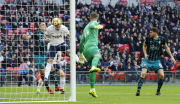 Fotbalista Tottenhamu Hotspur Harry Kane, (uprostřed) dává hlavou gól do sítě Southamptonu v utkání anglické ligy.