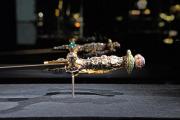 Z vitríny na výstavě v benátském Dóžecím paláci byly dnes odcizeny indické šperky - brož a náušnice. Jejich cena dosahuje několika milionů eur.
