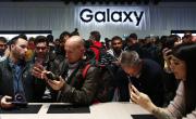 Lidé si prohlížejí nové mobilní telefony Samsung Galaxy S9 a S9+ na Světovém mobilním kongresu v Barceloně.