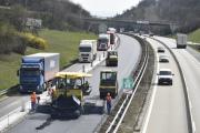Policie podniká či podnikne několik kroků, které mají zmírnit problémy v dopravě spojené s uzavírkami na dálnici D1 v Brně. Nasadila do provozu policisty na motorkách, mají rychleji vyřešit například nehody. Chystá se také možnost, aby kamiony mohly v opravovaném úseku projet i levým jízdním pruhem, což by rozmělnilo dopravu do obou pruhů. Na snímku z 12. dubna 2018 automobily projíždějí kolem opravovaného úseku D1 mezi 190. až 182. kilometrem ve směru na Prahu.