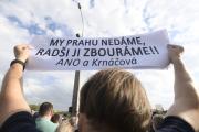 Lidé se sešli 25. dubna 2018 k symbolické blokádě Libeňského mostu v Praze na protest proti rozhodnutí pražských radních, kteří podpořili jeho zbourání.